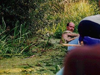 Eike badet in entengrütze und dort ist der fluß schon sauber